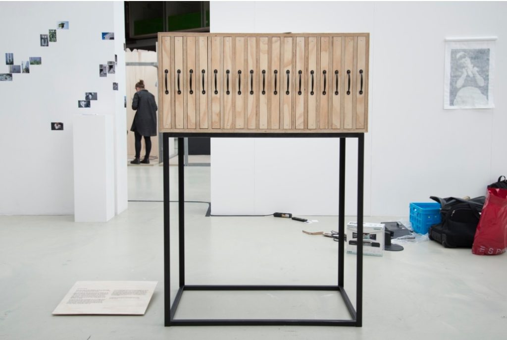 Samen met fotografe zsara grundfeld heb ik dit meubel ontworpen. Het doel was om haar werk op z'n heldere wijze te kunnen presenteren