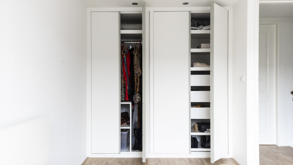 The wardrobe is furnished with drawers, pull-out shelves and a fixed wardrobe.