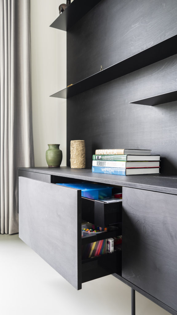 The dresser has drawers with an inner drawer, so we make optimum use of your storage space.